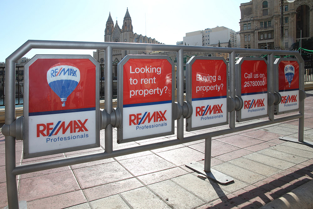 MultiSit with REMAX advertisment